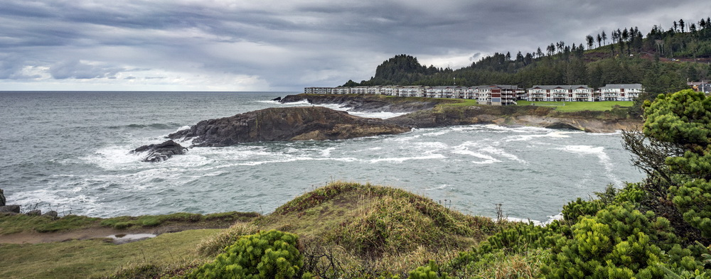 Pirate Cove (Depoe Bay) during a king tide.\Photo by Bob Loewen.