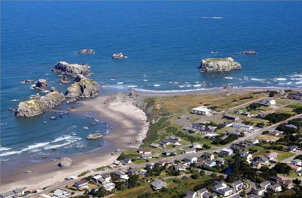 Coquille Point, with the Bandon Beach Motel site clearly visible, protruding into the wildlife refuge buffer zone.\Photo by Steve Buck.