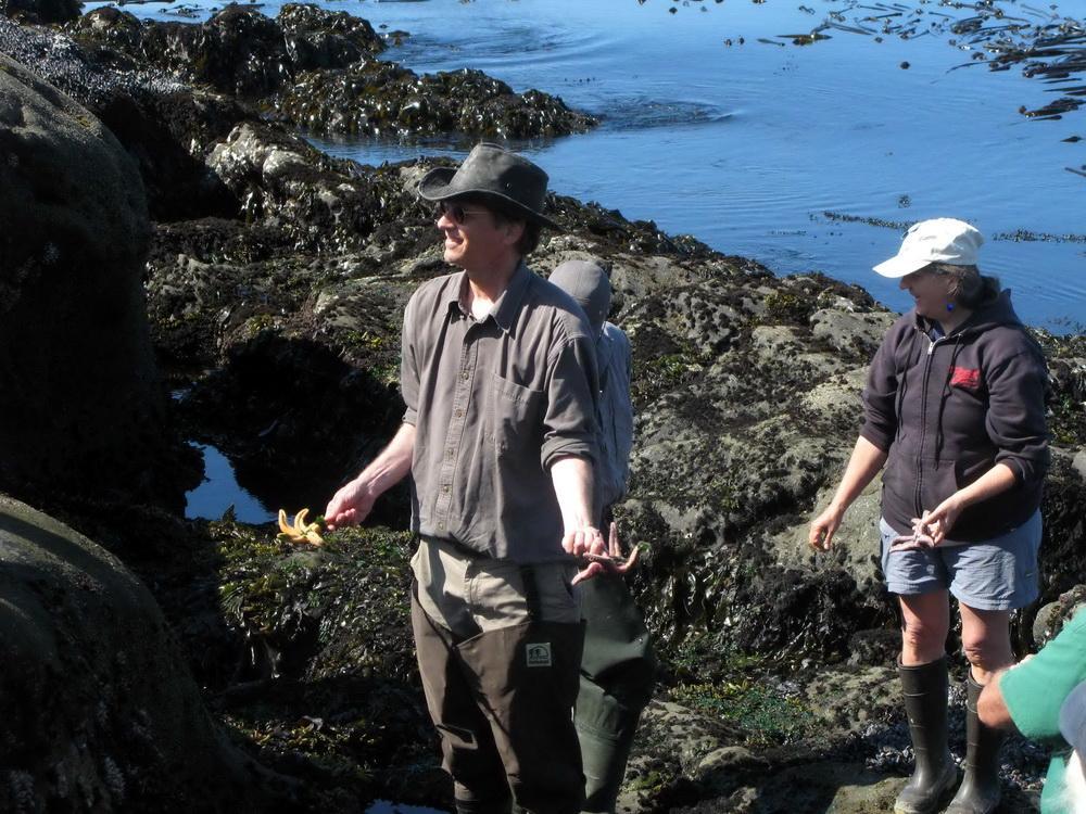 Stewart Schultz leading shoreline science workshop.\Photo by Dan Anderson.