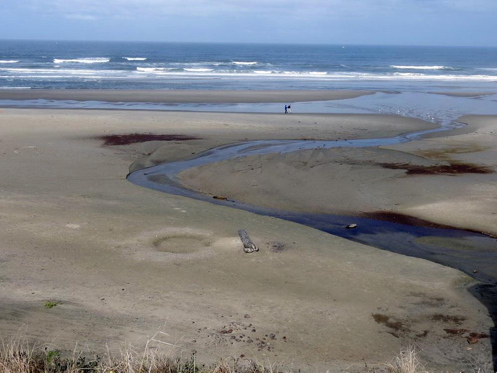 Polluted water from outfall crossing Nye Beach.  Photo by Cathy Tronquet.