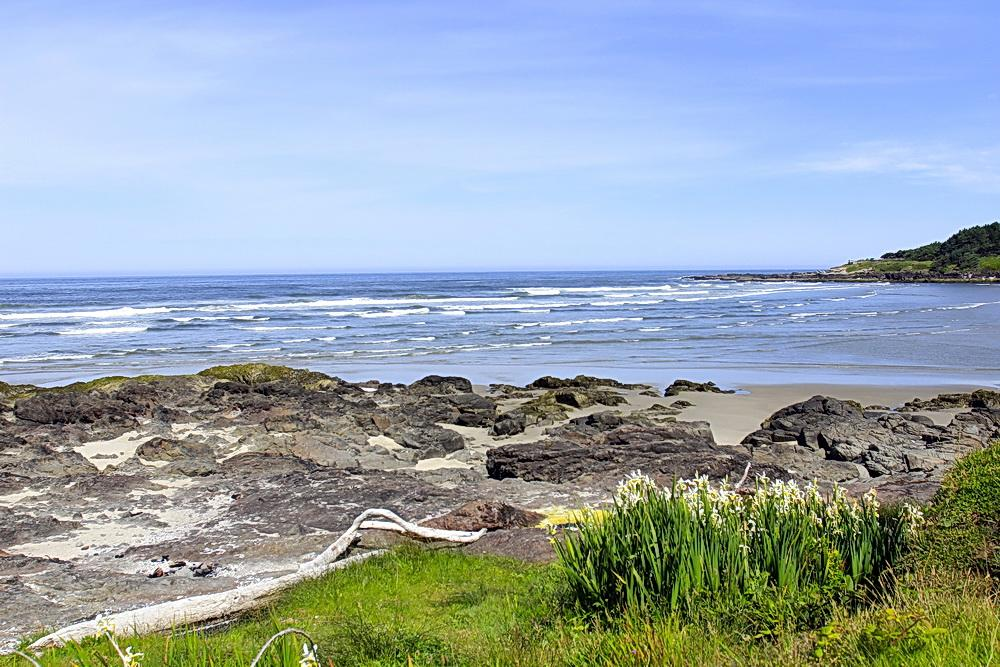 Rocky shore at Yachats.\Photo by Bonnie Moreland.
