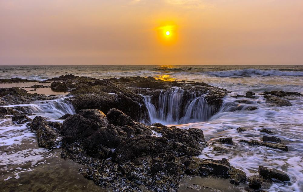 Thor's Well, a notable rocky shore feature.\Photo by Tri Minh Pham.