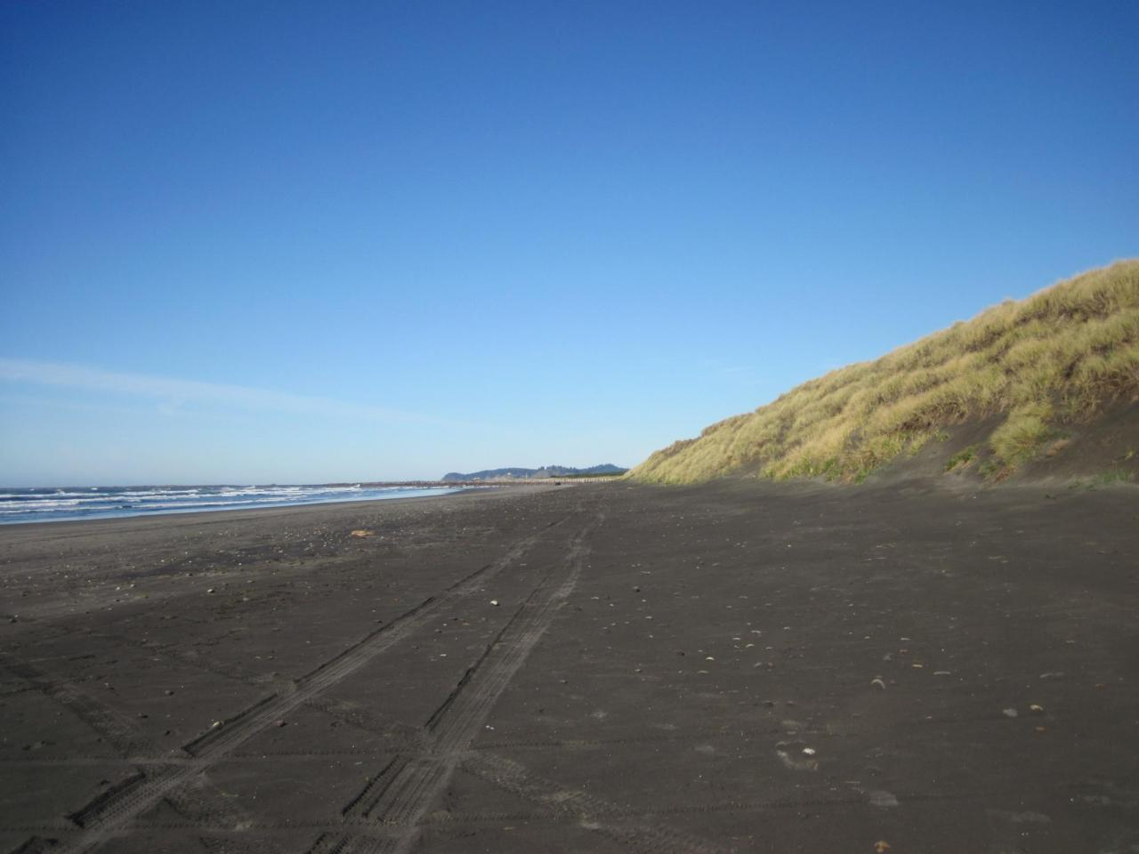 Looking North toward jetty from approx 3/4 mile south of South Columbia River Jetty
