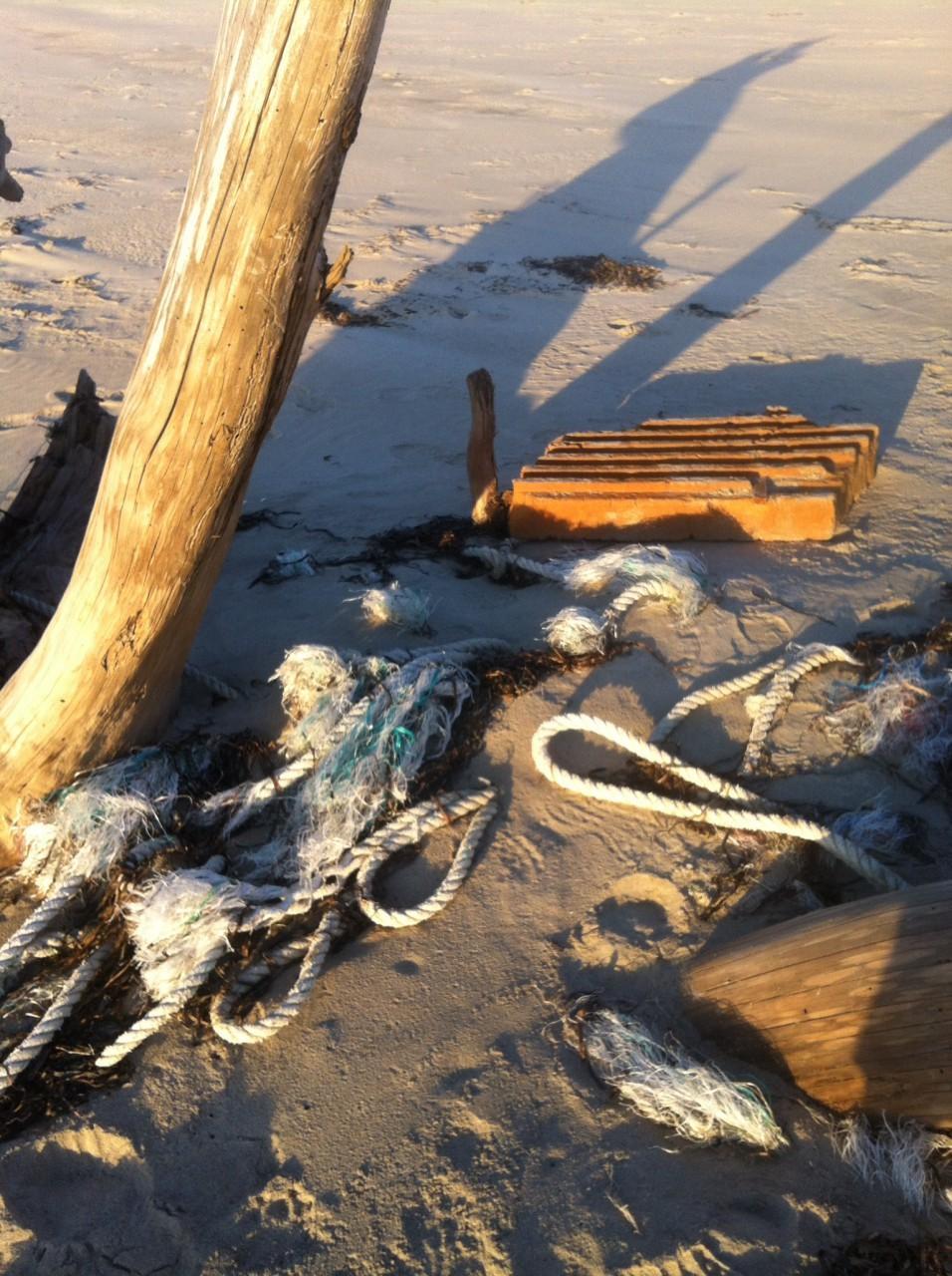 Ropes, netting, plastic pallet
