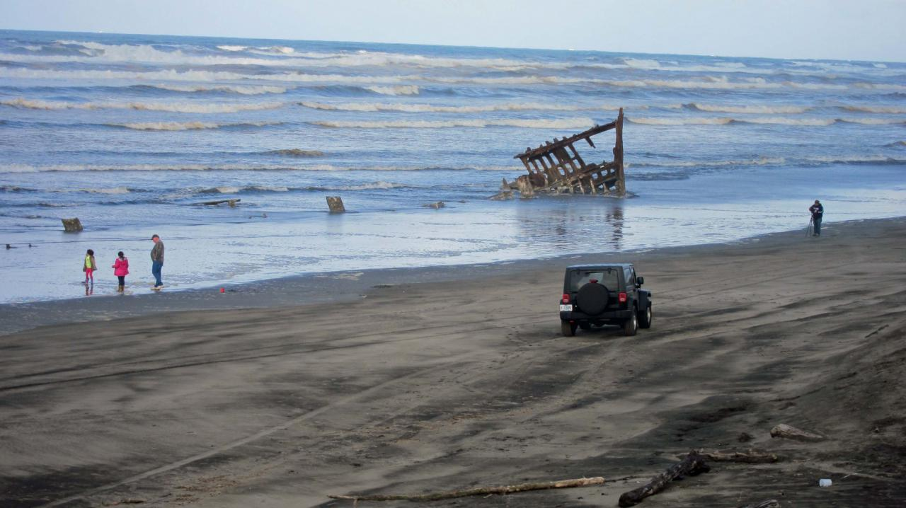 Peter Iredale.  Car on beach was in an allowed area/time.
