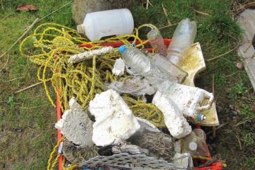 We collected a large amount of debris. Electric drill, yellow nylon rope, plastic containers, shoe, Styrofoam,